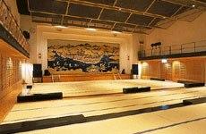 江差屏風絵を描いた豪華な緞帳が印象的な舞台